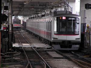 切り替え前の線路を走る東横線