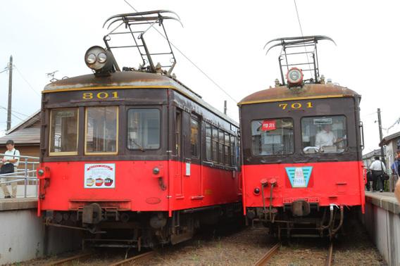 笠上黒生駅で交換を行うデハ701・デハ801