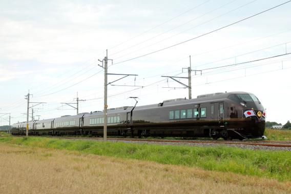 日章旗を翻して走るE655系お召し列車