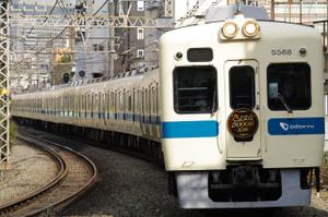 ヘッドマークをつけて走る『5000形10両さよなら運行』列車 参宮橋~代々木八幡