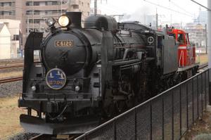 鉄道博物館脇を走るC61