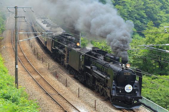 爆煙でゆっくりと通過するC61+C57重連SL