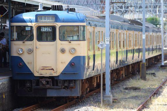 横須賀駅に停車する113系の姿