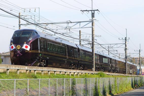日章旗を翻して疾走するE655系特別列車