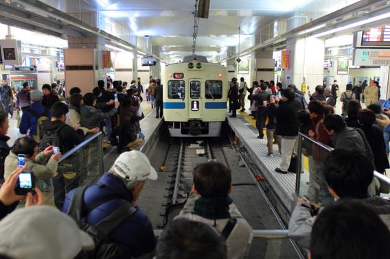 新宿到着のたびに鉄道ファンや一般人に囲まれた5000形