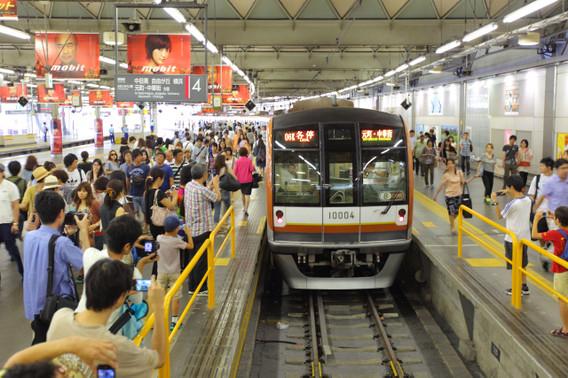 地上渋谷駅に到着する東京メトロ10000系