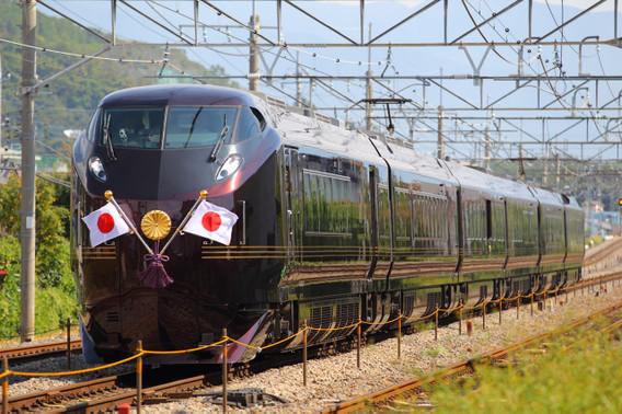 晴れ渡る秋空の元、高速で走り去るE655系お召列車