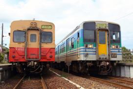 交換駅で並ぶキハ30とキハ38
