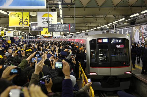 渋谷駅を発車する最後の営業列車 最終元住吉行き