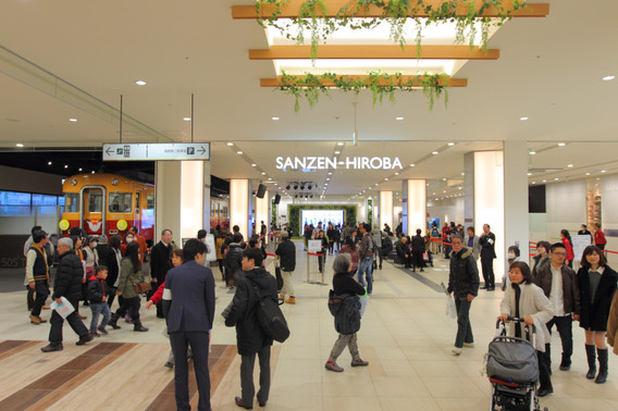 オープンしたくずはモールの「SANZEN-HIROBA」